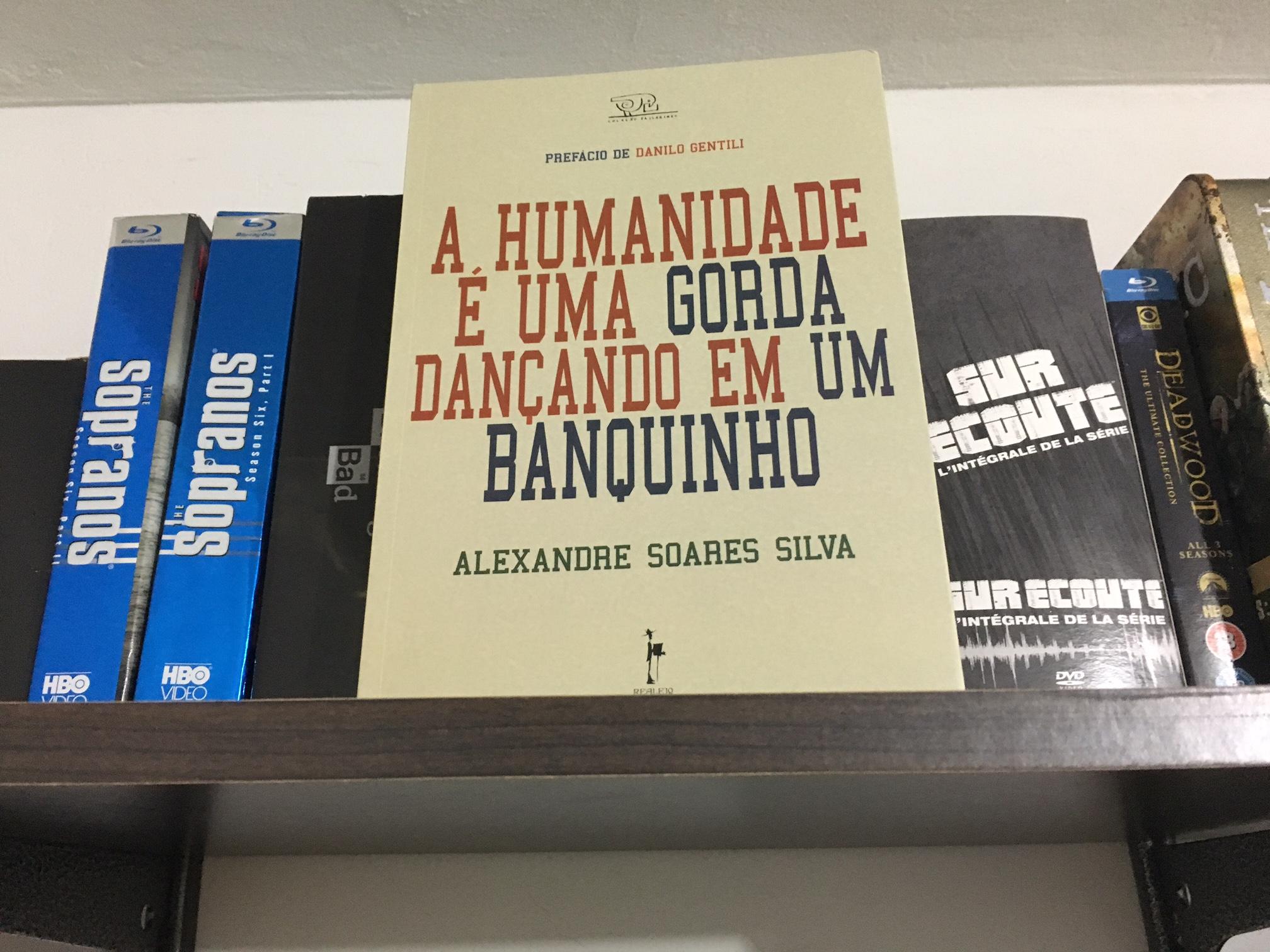 alexandre_soares_silva_a_humanidade_e_uma-gorda_dancando_em_um_banquinho