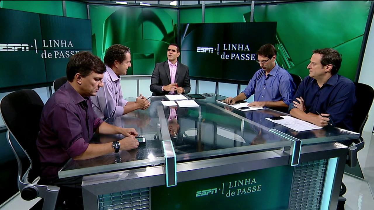 Paulo Andrade (apresentador) e Gian Oddi (camisa azul marinho) não estão no podcast do UOL, mas permanecem ao lado de Mauro Cezar na ESPN Brasil